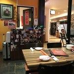 陳家私菜 - 入り口付近、芸能人の写真などが飾ってありました。