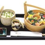 六盛 - 料理写真:手をけ弁当(桶の中のお料理は季節により変わります。) 御飯は毎月変わります。