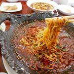 中国郷菜館 大陸風 - 辣子麺(ラーズー麺)麺リフト