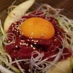 レトロ肉バル 炙りやん - カンガルーのユッケ¥1080