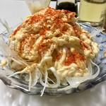 平尾酒店 - 名物という「シーチキン玉ねぎサラダ」はマヨラー御用達なアテだ(ポン酢バージョンもある)。一味もデフォでかける。