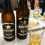 平尾酒店 - 女性と合流して呑み続けることに。女性たちが呑んでいた大瓶と私の中瓶を並べて記念撮影。