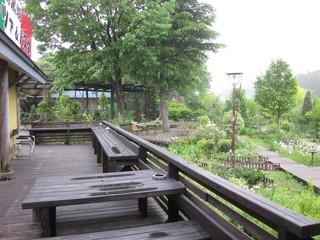 カフェロルモ - デッキから庭を眺められます