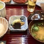 鎌仁別荘 - 締めにごはん、なめこの味噌汁、漬物