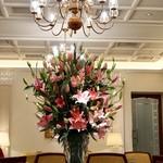 81015363 - 素晴らしいラリックのテーブル                       生花も豪華です。