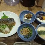81034963 - メインの鯖/小鉢3種/デザート