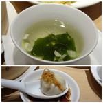 鼎泰豊 - ◆スープは鶏出汁で良い味わい。 ◆小籠包はたれをつけ、針生姜をのせて汁がこぼれない様レンゲで頂きます。