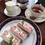 81035201 - 苺のサンドイッチ&ミルクティー
