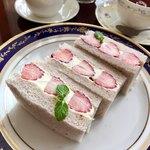 81035205 - ほんのりピンク色の苺のパン