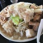 麺とび六方 - ラーメン普通野菜普通脂増しゴロゴロチャーシュー、トッピング