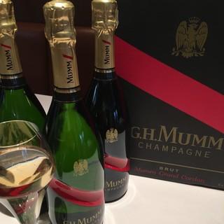シャンパン20種、フランスワイン80種御用意しております。