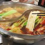 中華菜 高福 - 冬季のおすすめメニューにお肉・魚・野菜たっぷりの火鍋があります。 スープは、西新の老舗漢方薬局の漢方を調合した、美味しいだけに留まらず、 それぞれの漢方の効能もきちんと見込んだ火鍋です。
