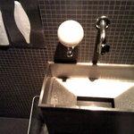 油そば 東京油組総本店 - 掃除の行き届いたトイレ