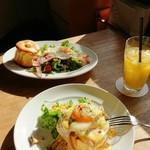 トップシークレットカフェ - 手前がエッグベネディクト、奥がシーザーサラダのパンケーキ