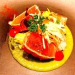 タストゥー - 『カジキマグロの炙り、ビーツと西洋わさびのソース』