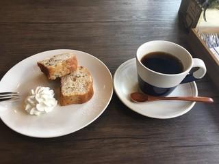 ワイズ カフェ - パウンドケーキとブレンドコーヒーで900円