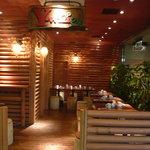 レストラン ワイワイ - エスカレーターを上がってすぐ、テラス席とグリーン、そして大きなY-wineの看板が目印です