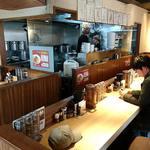 麺屋 みちしるべ - 麺屋みちしるべ @二子玉川 テーブル席も1卓ある店内