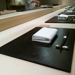 銀座 よし澤 - 樹齢300年の檜のカウンター 素晴らしい