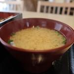 甲州焼鳥 とり火山 - 信玄鶏の炭焼重850円のお味噌汁