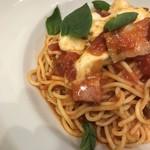 STREET PASTA COMPANY - トマトとモッツァレラチーズとバジルとベーコンのパスタ。 美味し。