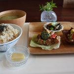 米day no.1 - デリ3品、玄米ご飯と味噌汁をプラス