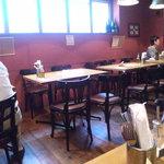 炭火焼スペインバルMon - 奥にはテーブル席がいくつかございます