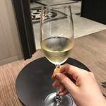 JALファーストクラスラウンジ 羽田空港国際線 - 普段酒を飲まない私でもわかるうまさのローラン様