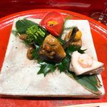 Soujiki Nakahigashi - ①燻製イワシ・鰤の蕪サンド麹漬け・椿に見立てた酢漬け蕪と干し柿とからすみ粉・菜の花・牡蠣時雨煮・栃餅