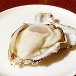 81113908 - 活きたまま食べる生牡蠣(税込み300円)