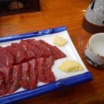 柿島屋 - 馬刺(並)900円と清酒(岡山桜冠)330円の熱燗