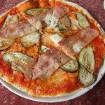 梅蔵 - ベーコンと茄子のピッツァ。