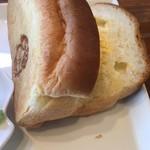もっさんのcafe - 切れ込みに入れてサンドイッチにしました