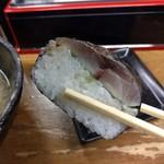 麺哲 - 海苔で巻いてる鯵寿司