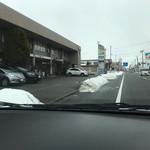 81133333 - 外観と前面道路