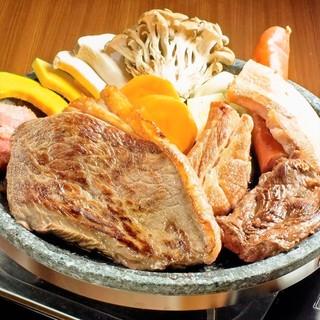 BBQならではの豪快骨付き肉や、かたまり肉ステーキも食べ放題