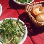 vessone - バケットとサラダ。