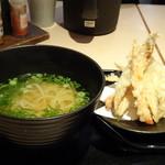 武膳 - ◆ごぼう天うどん(550円)ですが、麺を半量にしましたので100円引きで450円(税込)。 ごぼう天が別添えなのも、衣が柔らかくなりすぎず好みです。