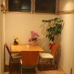 洋食堂 はなや - 奥に1テーブル・・・