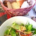 81151076 - セットのサラダとパン(パンはちゃんと温かくて美味しい)