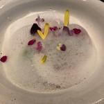 81151204 - 苺のブラマンジェ。表面の泡は、甘酒を使用したものです。