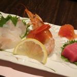 鷹勝 - ◆お刺身盛り合わせ・・「赤海老」「鮪」「活穴子」「活蛸」「自家製明太子」など。 穴子が新鮮で美味しいですし、赤海老もいい味わい。