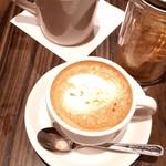 バター&デリーモ カフェ ダイニング - カフェラテ、ブレンドコーヒー