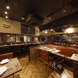 落ち着いた店内と臨場感溢れるオープンチッチン。個室もご用意。