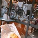 カンノン コーヒー - 窓のイラスト