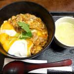 鳥めし 鳥藤分店 - 特上親子丼(鶏吸い付¥1200)。ガツンと濃いめの味付けに、とろける半熟卵のダブルパンチ