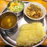 81163127 - チキンハッサン・甘口(¥1000)。チキンカレーというより、インド風グリルチキン定食という感じだ