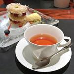 81166592 - デザートセット(1,620円)ジョエル・ロブション風ミルフィーユ ~天使の髪をつむいで~ / 紅茶