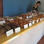 グッドモーニングベーカリー - お店に入って見る並んだパンは対面方式で選んだパンをお店の方が包んでくれるやり方でした。