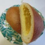 グッドモーニングベーカリー - 中に詰められたカスタードクリームは甘さ控えめでとても口当たりの良いクリームでした。